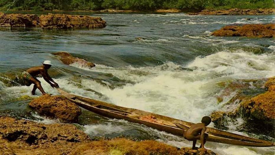 Piroguiers sur le Fleuve Maroni (Guyane)(Photo lizabuzz.com)