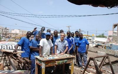Ramon Llouch au Sénégal entouré de son équipe, fils de pêcheurs, formée au métier de charpentier.