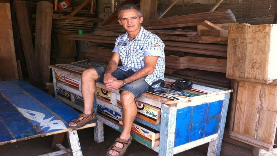 Ramon Llouch dans son atelier sénégalais