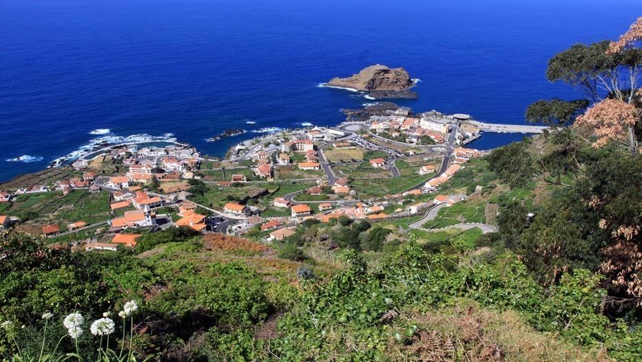 Vue d'ensemble de la petite cité balnéaire de Porto Moniz