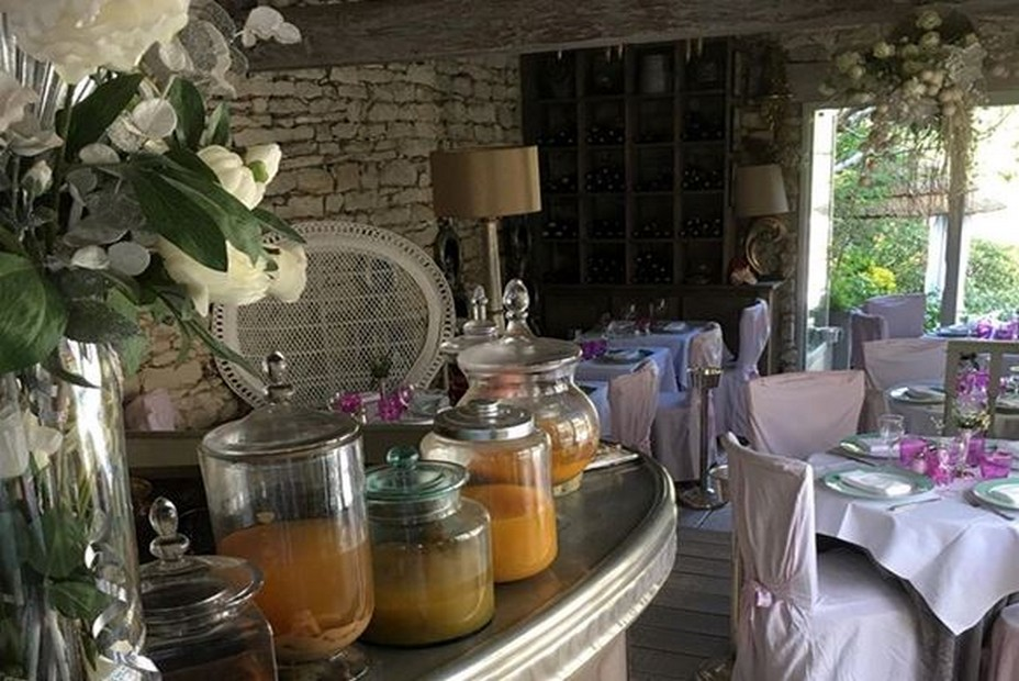 Entrée dans le restaurant La Case de Babette situé à Maule  en ïle de France. @ La Fourchette