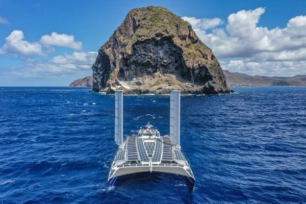 Energy Observer -  arrivée en Martinique face au rocher du Diamant @ George conty