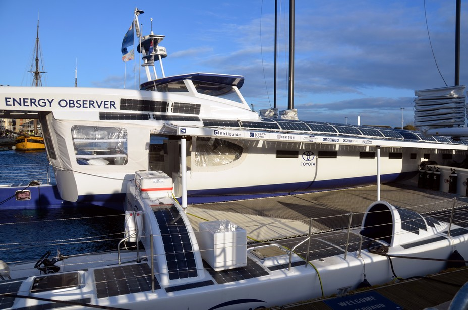 Le bateau à quai et ses panneaux solaires en mars dans les bassins du port de Saint-Malo @David Raynal