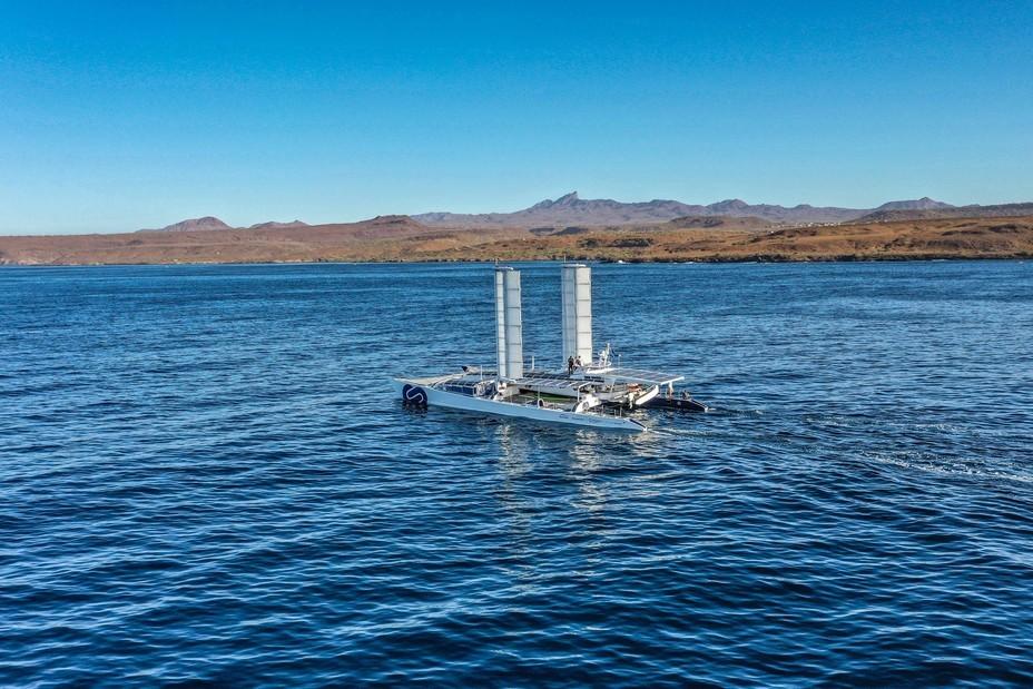 Energy Observer longe les côtes du Cap-Vert @ George Conty