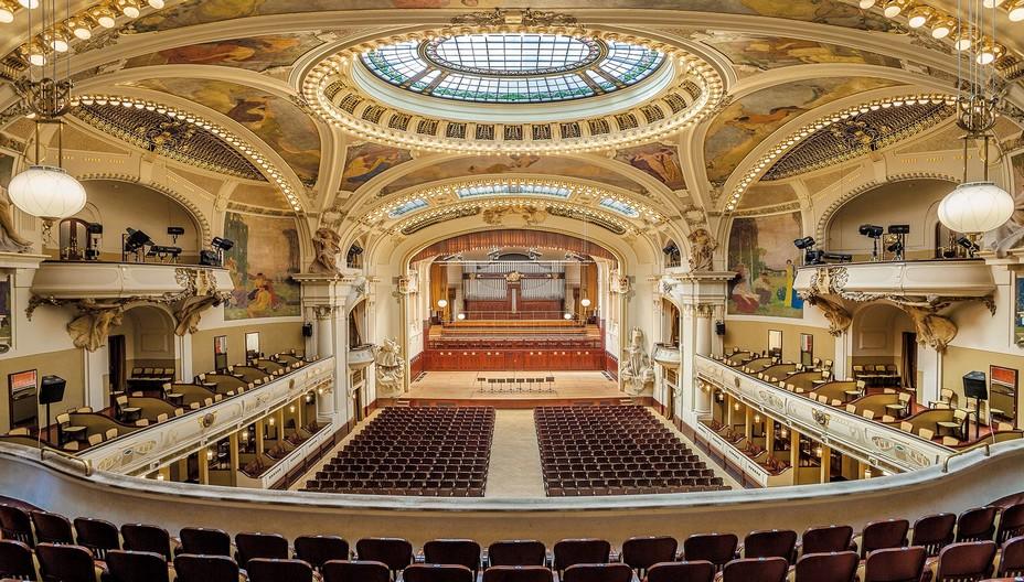 La salle l'orchestre symphonique de Prague se produira dans la salle Smetana de la Maison municipale sous la direction de Tomáš Brauner. ©Prague Spring International Music Festival