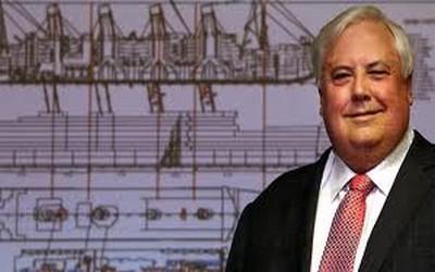 Clive Palmer pose devant  les plans du Titanic II