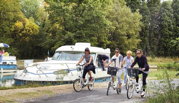Une croisière en bateau sans permis, Une solution idéale pour des vacances en famille avec ses animaux de compagnie sur un bateau tout équipé. - Canal du midi - ©nicols-arnoldidesign
