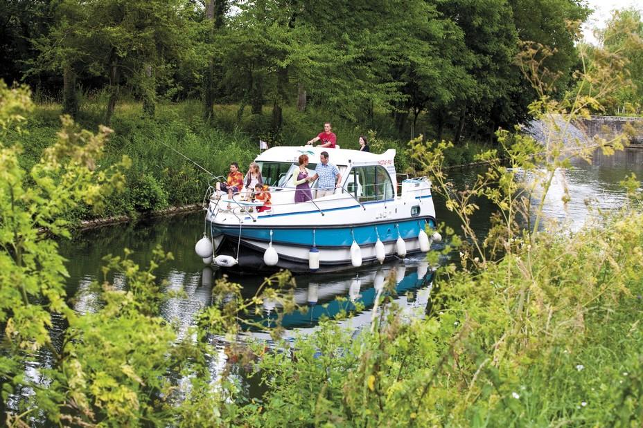 Les croisières en bateau sur les plus belles voies navigables françaises Une manière originale et reposante de découvrir de magnifiques rivières et cela sans qu'un permis bateau soit nécessaire ! Nicols©Vallee de la Sarthe