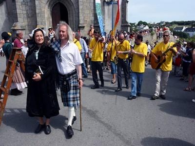 Défilé dans les rues de Lampaul pour l'ouverture du salon, en costumes traditionnels, kilts et musiciens.
