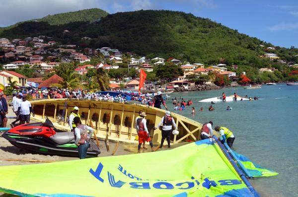 Population locale, touristes et compétiteurs sont tous présents pour la grande course du Tour de la Martinique des yoles rondes, ici dans la localité des Anses d'Arlet. @ David Raynal