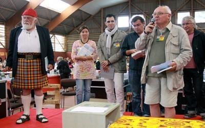 De gauche à droite, Jean-Yves Cozan, Gwen Catala, l'écrivain Anthony Palou, l'écrivain et le poète Gérard Le Gouïc, Denis Palluel le maire d'Ouessant.