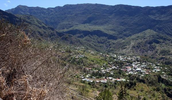 Le cirque de Cilaos forme avec les deux autres cirques (Salazie et Mafate) le cœur de La Réunion. Il occupe une superficie de 8 436 ha, délimité par les remparts d'un ancien volcan.