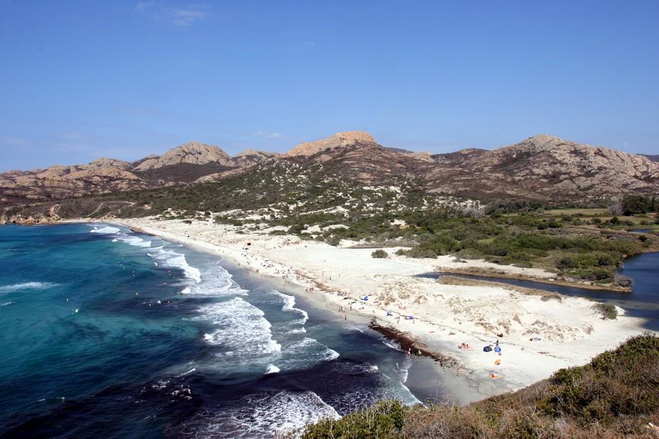 La Corse, une île aux trésors à découvrir à moto - La plage de l'Ostriconi dans le désert des Agriates @ David Raynal