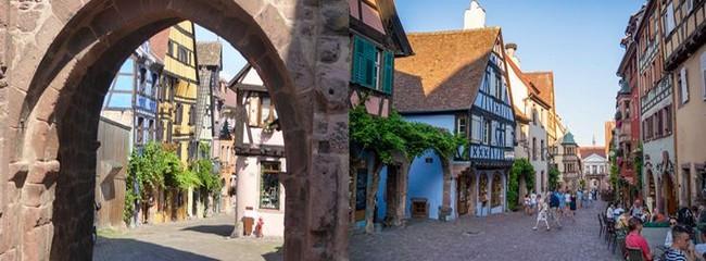 Riquewihr : Vue de la tour à la limite des remparts et une rue de  Beauvillé; @ C.Gary   et OT Riquewihr et Beauvillé