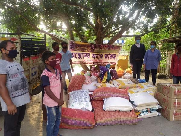 Apports de nourritures dans un quartier de Calcutta @ Association Meghdutam Foundation