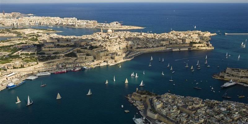 Vue aérienne départ de la course du Port de la Valette (Malte). Crédit photo  : Rolex/Kurt Arrigo