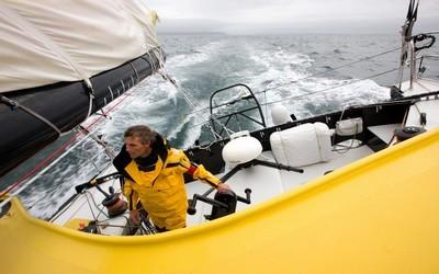 Bernard Stamm à bord de son tout nouveau monocoque 60 pieds Cheminées Poujoulat / Crédit photo Jean-Marie Liot