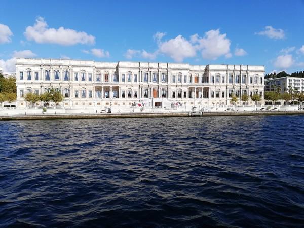 Palais sur le Bosphore à Istanbul. Ici le palais Çırağan (en turc : Çırağan Sarayı) est un ancien palais ottoman réaménagé en hôtel de luxe de la chaîne Kempinski. Il est localisé sur la partie européenne d'Istanbul entre Beşiktaş et Ortaköy. Crédit photo David Raynal.
