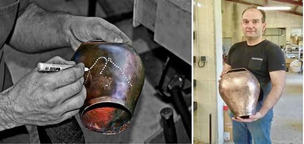 Autre tradition à la Maison Daban, l'un des derniers fabricants de sonnailles dans cette région de transhumances. @ C.Gary