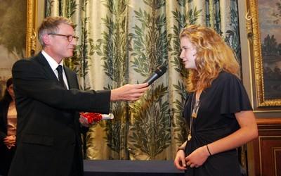 Vincent Peillon, le ministre de l'Education nationale donne la parole à l'une des lauréate du concours Clara Nouvelles d'ados 2012 (crédit photo David Raynal)