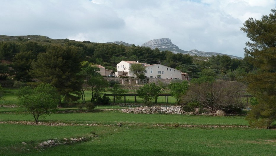 Domaine Agricole de la ferme Font de Mai devant la colline du Garlaban