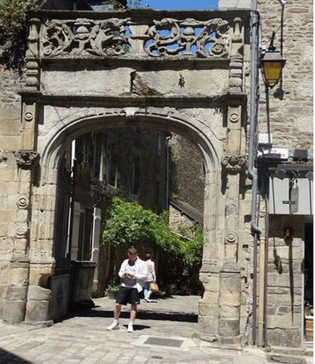 Porte moyenâgeuse de l'Auberge du Pélican à Dinan @ F.Surcouf