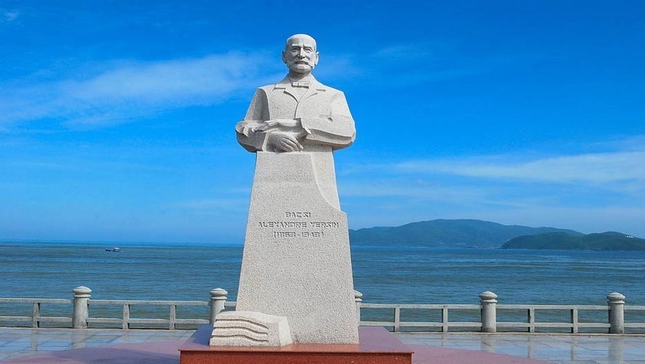 Sculpture d'Alexandre Yersin, installée depuis 2012 dans un jardin public de Nha Trang  (ancien village de pêcheurs au vivait le biologiste) Copyright belleindochine.free.fr/Y