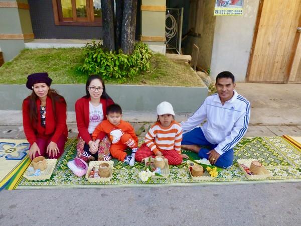 les Familles attendent le passage des moines pour leurs offrandes à Chiang Khai @ C. G.
