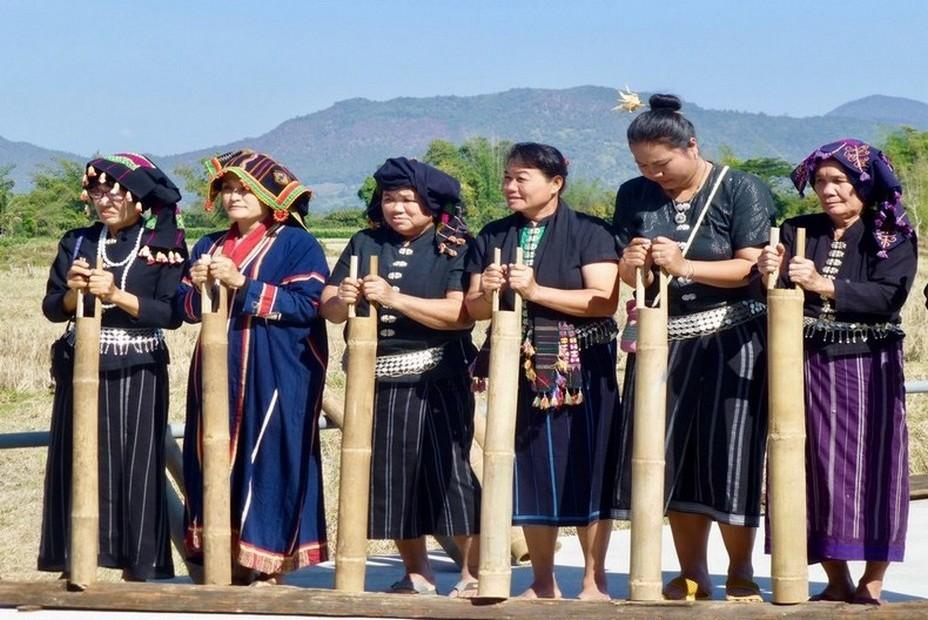 Les  Tai Dam se préparent pour la danse. @ C.Gary.