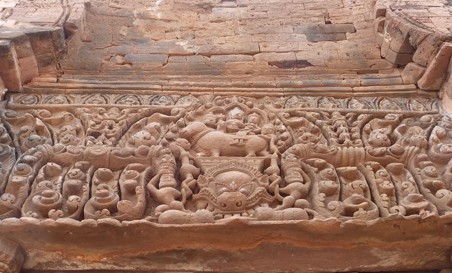 Les sculptures gravées dans le grès rouge témoignent de la grande époque d'Angkor @ C.Gary