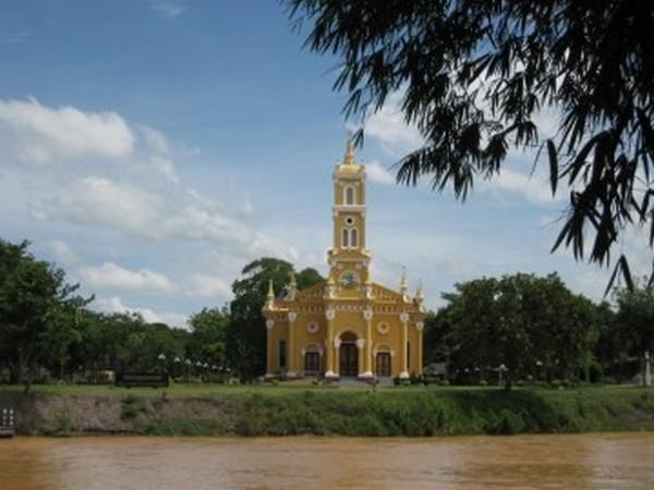 Pendant l'âge d'or de la ville, les marchands et les émissaires étrangers vivaient en dehors de la cité. La cathédrale catholique Saint-Joseph érigée au 17e siècle date de cette époque. Reconstruite au 18e siècle, elle a gardé jusqu'à maintenant sa fonction d'église. @ History of Ayutthaya