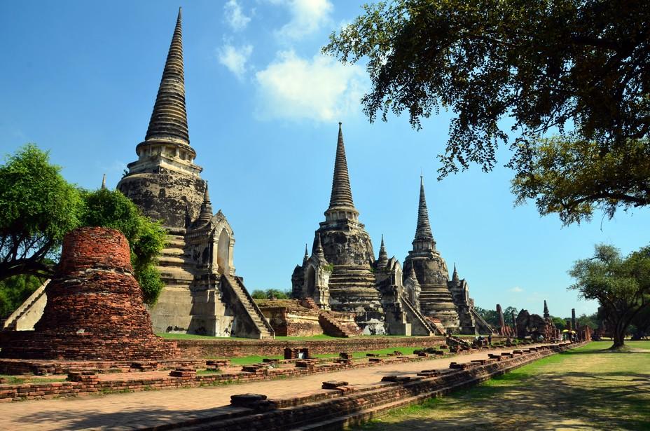 Les « chedis », ces tours en forme de cloche d'inspiration khmer sont en général agrémentées d'une sphère représentant le centre du Nirvana. Elles abritent généralement des reliques.@ David Raynal