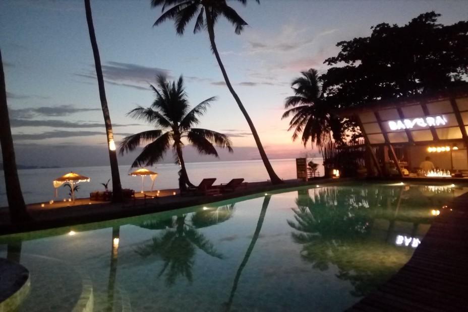 Koh Phangan - A la nuit tombante  vue féérique depuis le bar et la piscine de l'hôtel..@ F.Surcouf