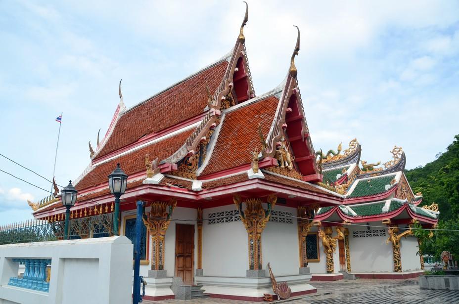 Le temple de Wat Khao Deng est niché au pied des falaises karstiques. C'est le royaume des singes qui viennent en hordes profiter du bienfait des offrandes laissées devant les temples. Crédit photo David Raynal.