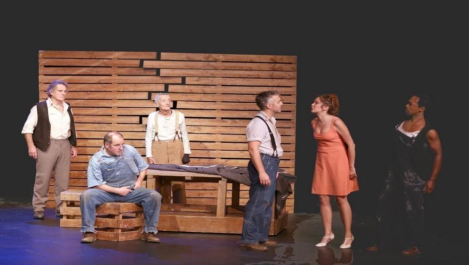 Une partie de la troupe sur la scène Des Souris et des Hommes au Théâtre 14 (photo Lot)