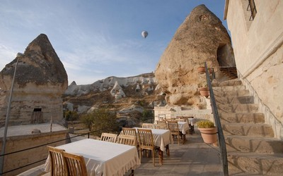 Située dans la vallée de Göreme, en Turquie, cette chambre aux meubles raffinés est cachée dans une grotte. (photo wimdu.fr)