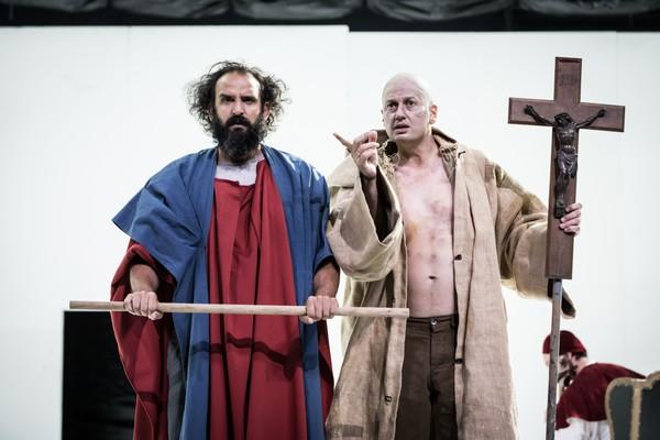 Le Grand Inquisiteur à l'Odéon, théâtre de l'Europe :Jésus prisonnier du Grand Inquisiteur qui finalement le laissera repartir....@ Théâtre de l'Europe
