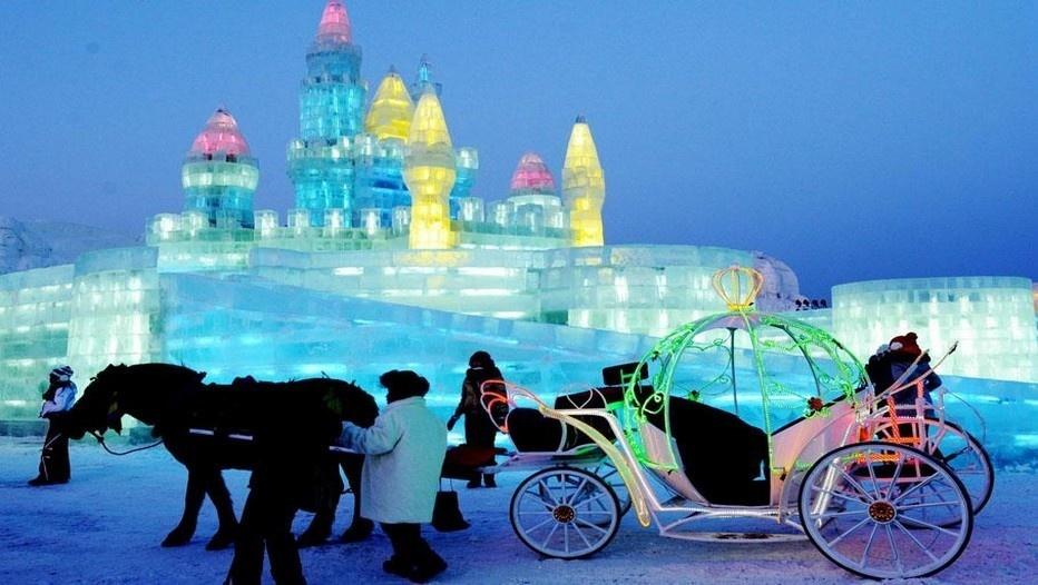 Promenade en calèche pour découvrir la ville de glace à Herbin