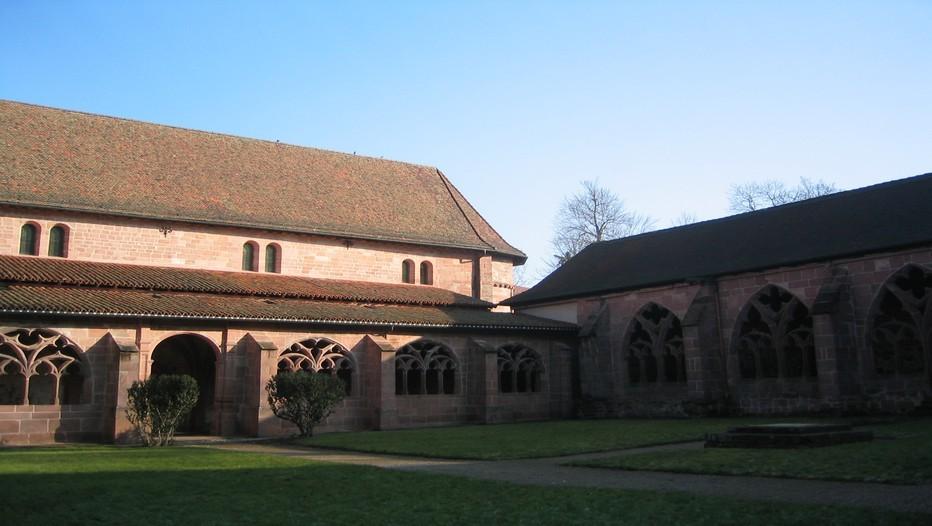 La ville de Saint-Dié-des-Vosges possède l'un des plus beaux cloître de Lorraine en grès rouge. De style gothique avec une influence Renaissance le cloître est l'élément central et fleuron de l'art sacré dans la cité de Déodat. Il est situé à l'emplacement où Déodat créa son monastère, peu après la fondation de la ville en 669. Depuis le cloître, on observe l'ancienne bibliothèque du chapitre de l'église qui administrait la ville et ses environs.(Photo DR)