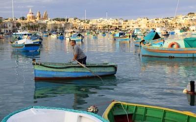 Un pêcheur à la rame de Marsaxlokk, le plus grand port de Malte toujours en intense activité. (Crédit photo David Raynal).