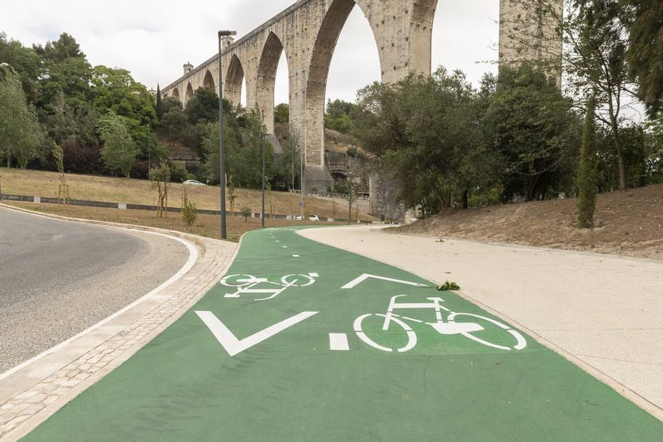 Lisbonne a entrepris un plan de réaménagement pour étendre son réseau cyclable, et ainsi, réduire l'utilisation des transports polluants dont la voiture. @ Armindo Ribeiro