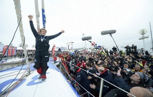 Accueil triomphant de François Gabart par la presse et une foule enthousiaste (Photo Macif_Channel Vincent Curutchet)