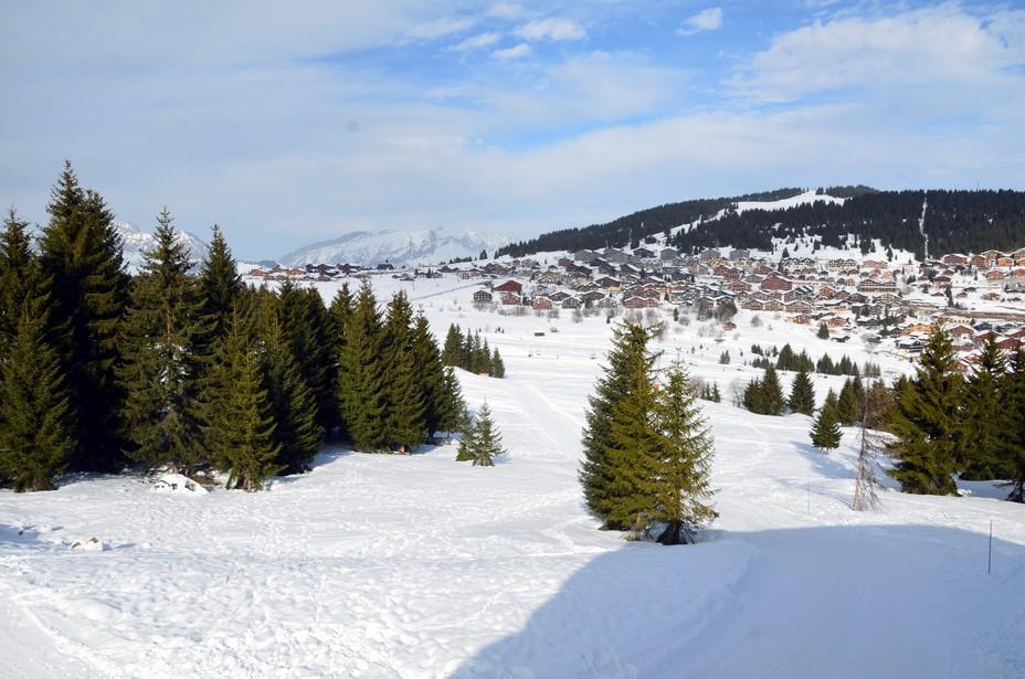 Vértiable grenier à neige, grâce à son altitude élevée, les Saisies bénéficient d'un enneigement exceptionnel qui permet de skier chaque saison jusqu'à fin avril - © David Raynal