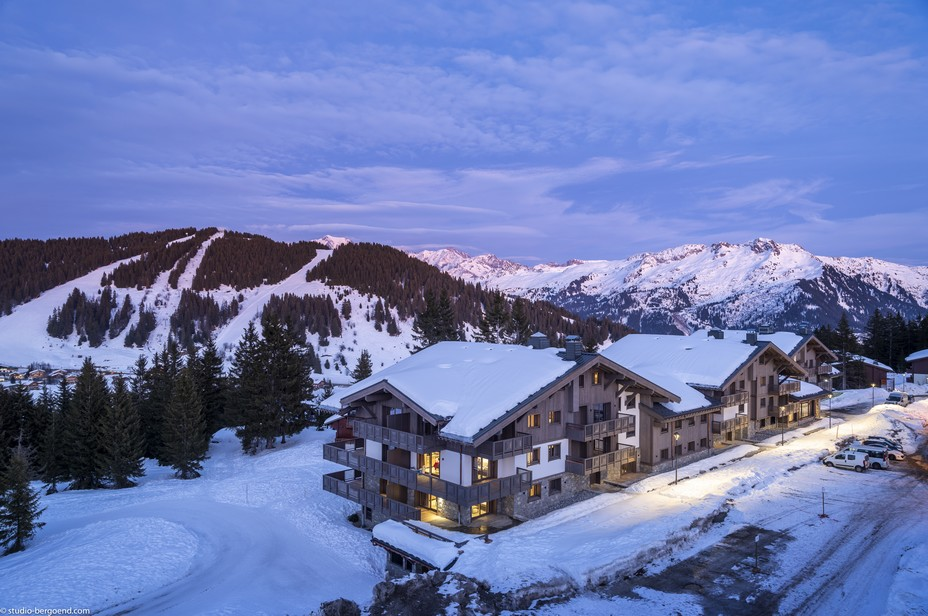 """MGM Amaya - Les Saisies - Une résidence """"skis aux pieds"""" © Studio Bergoend"""