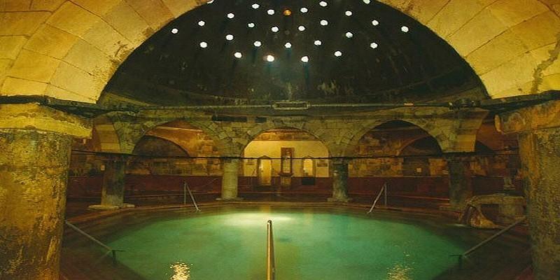 Les Bains Rudas  avec leur voûte haute de dix mètres soutenue par huit colonnes en rotonde (photo O.T. Hongrie)