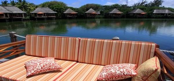 Après le golf le réconfort sur  les canapés moëlleux , à l'arrière plan les bungalows très luxueux  (Photo David Raynal)