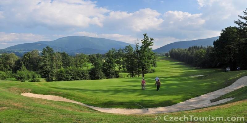 Le golf est un sport qui a une longue tradition en République tchèque.Le tout premier terrain, créé à Marianské Lazne, a été ouvert dès 1905.