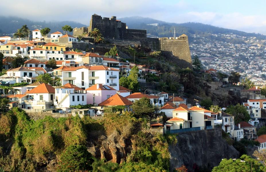 L'île de Madère a été découverte en 1419 par les navigateurs portugais Tristão Vaz Teixeira Bartolomeu Perestrelo et João Gonçalves Zarco. En arrière plan le fort de Funchal Fort do Pico - São João Batista   @ David Raynal