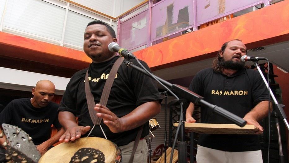 Le groupe de Maloya Ras Maron en concert à Saint-Denis sur la scène des Récréateurs (Photo David Raynal)