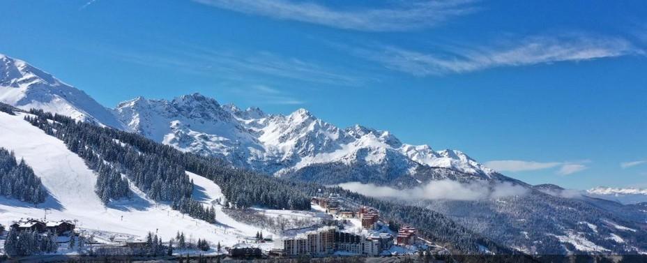 Au cœur de la chaîne de Belledonne où ski de fond et ski de montagne cohabitent, la station des Sept Laux, avec ses lieux dits de : Beldina, Pipay, Pleynet et Prapoutel  @ OT Sept Laux.